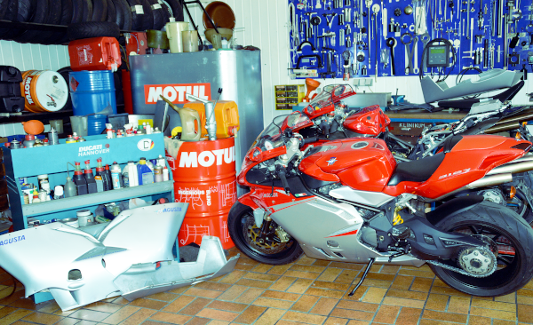 Werkstatt Übersicht mit Motorrad